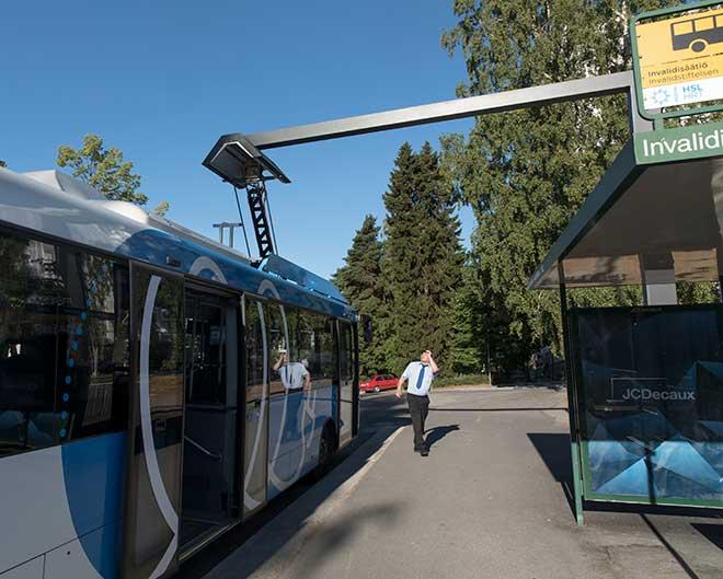 sähköbussia ladataan