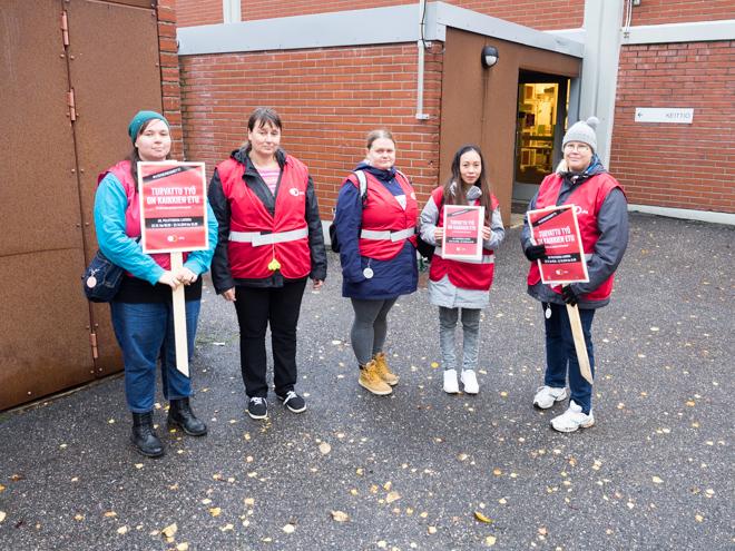 Satu Harsia, Anu Harsia, Maiju Veikkolainen, Maria Cecilia Salo ja Jatta Leach olivat lakkovahteina Kuitinmäen koulun edustalla Espoossa.