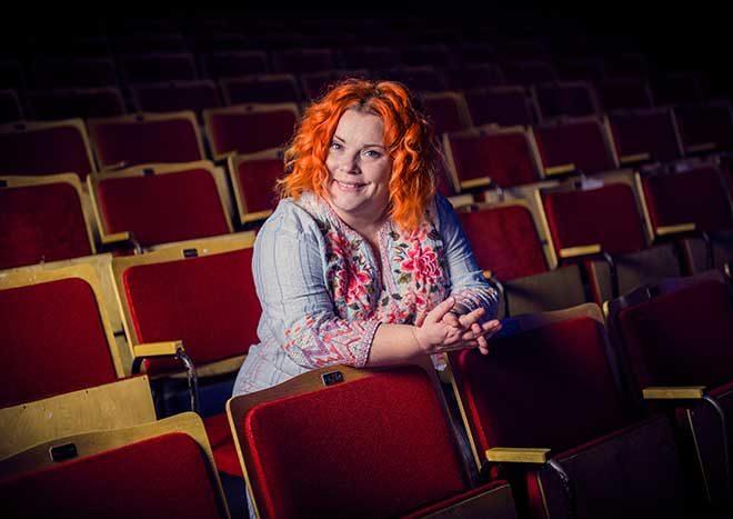 Kiti Kokkonen Linnanmäen Peacock-teatterin katsomossa.