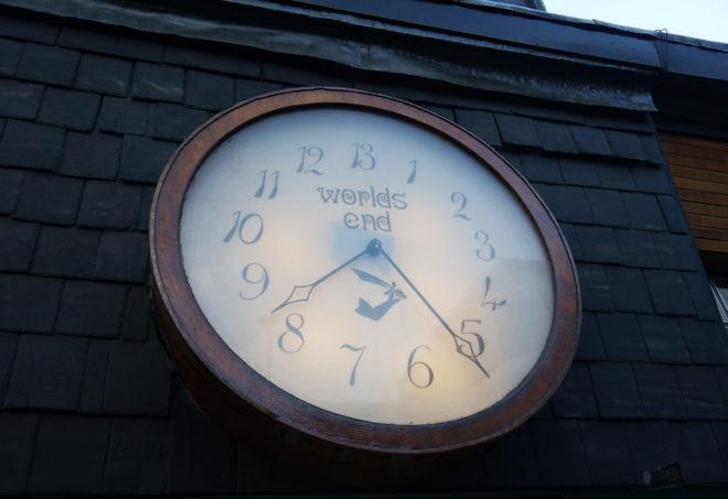 Brexit-kello tikittää nyt lähes yhtä nopeasti kuin kuuluisa kello maailmanlopun mukaan nimetyllä World's Endin alueella Lontoon Chelseassa.