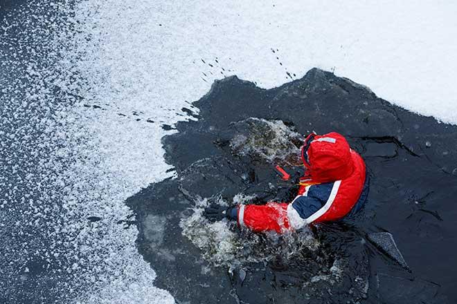 Tuomo Kyllästinen rikkoo jäätä
