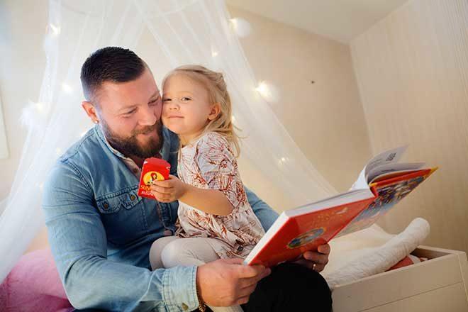 Markus Laine lukee iltasatua tyttärelle
