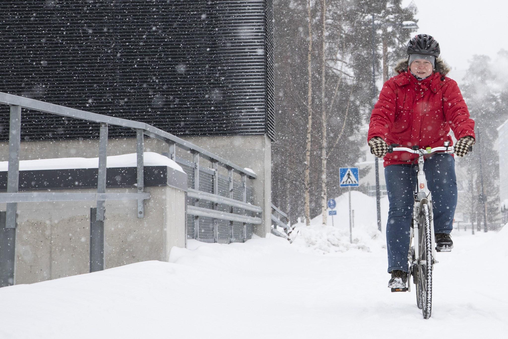 Päivi Oksanoja-Ikonen talvipyöräilee