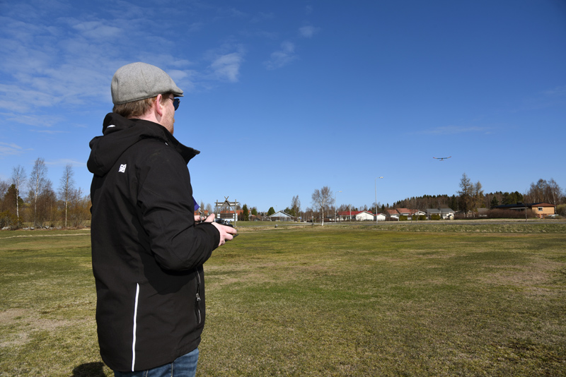Roy Pietilä styr sin segelmodell som flyger långt borta i andra ändan av fältet.