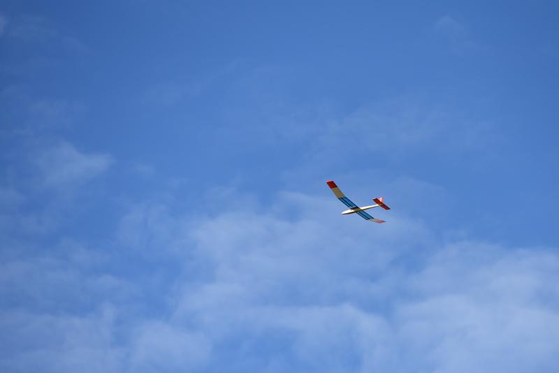 Lennokki lentää taivaalla.