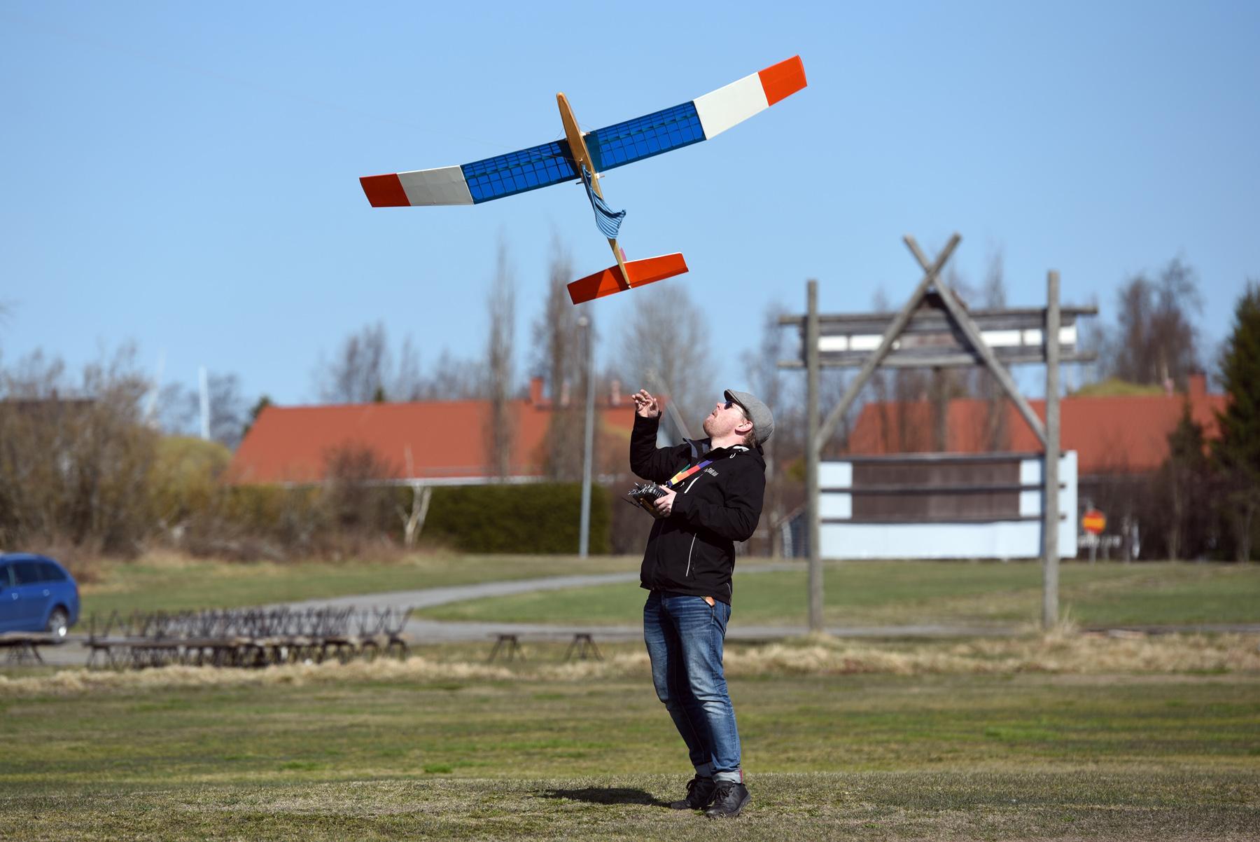 Roy Pietilä lähettää lennokkinsa lentoon.