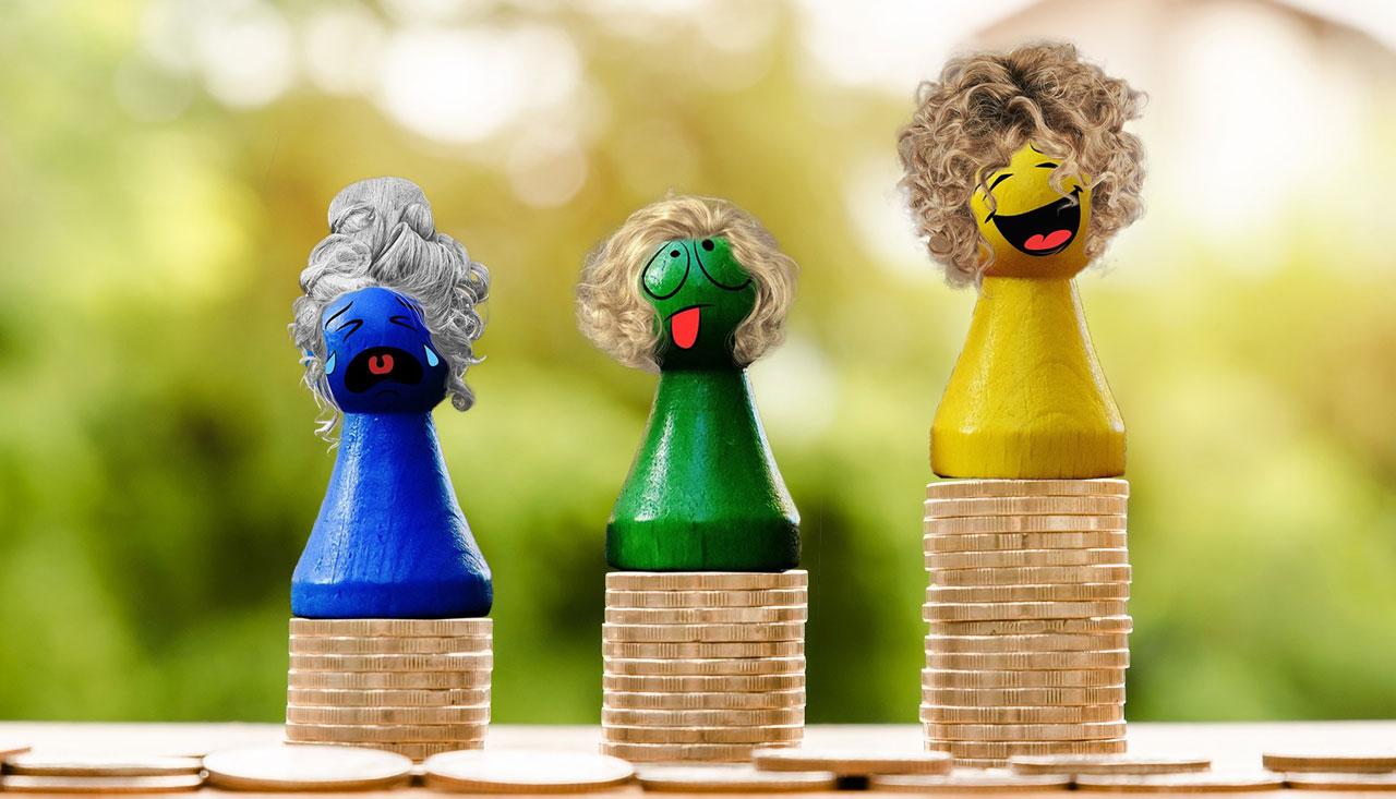 Dockor gjorda av spelpjäser stående på olika höga mynthögar. Den gula dockan på den högsta mynthögen är glad, den gröna dockan på den mellersta högen är missnöjd och den blå dockan på den lägsta högen gråter.