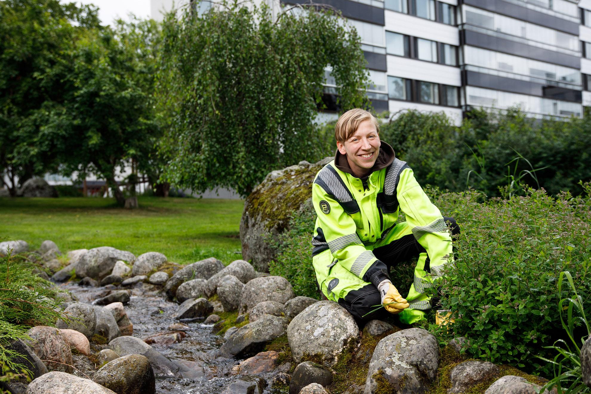 Eva-Lotta Dahllund vid den konstgjorda bäcken i Björkparken i Vasa.