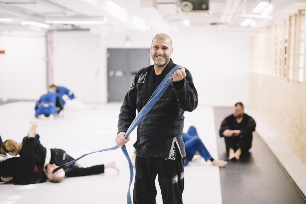Saeid Nuri samlar ihop bältet för att knyta det runt jackan.