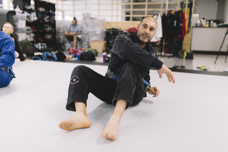 Saeid Nuri värmer upp sig inför träningen i brasiliansk jiujitsu.