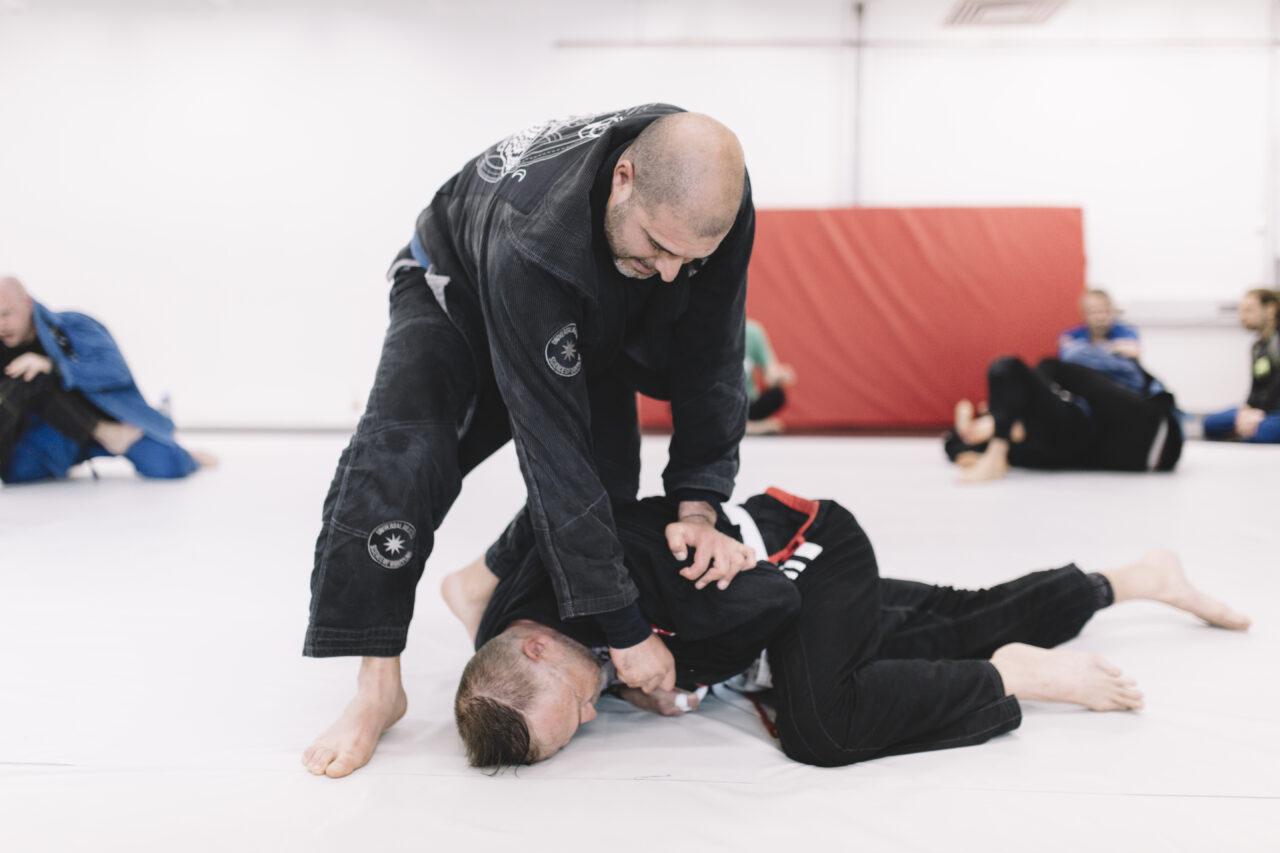 Saeid Nuri trycker ner motståndaren på marken i en låst ställning.