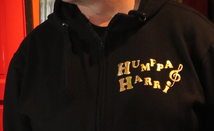 Lähihoitaja Harri Vähäniemi on tehnyt karaoken maailmanennätyksen. Hän on teettänyt hupparin, jossa lukee kultakirjaimilla hänen taiteilijanimensä Humppa-Harri.