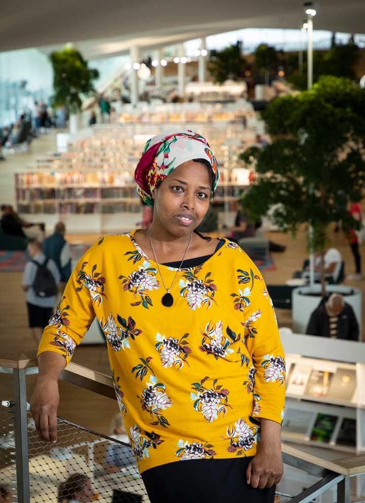 Aurinkotyttö-kirjan kirjoittaja, laborantti ja kirjailija Nura Farah