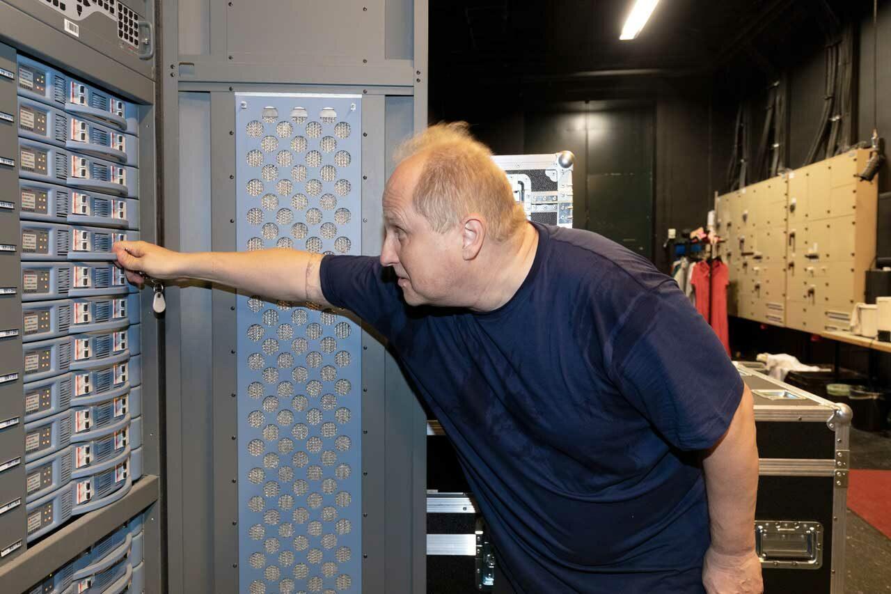 Janne Björklöf trycker på en knapp i ett elskåp.