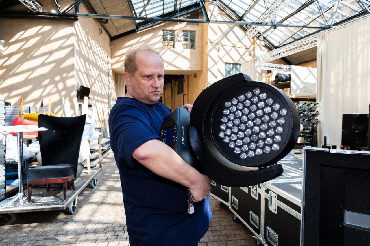 Janne Björklöf bär en stor strålkastare.