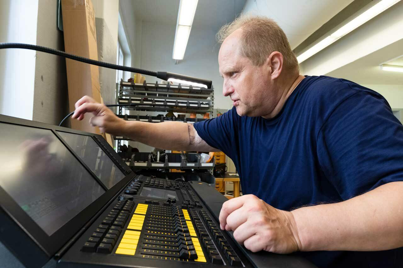 Janne Björklöf mixtrar vid en portabel ljusmixer.