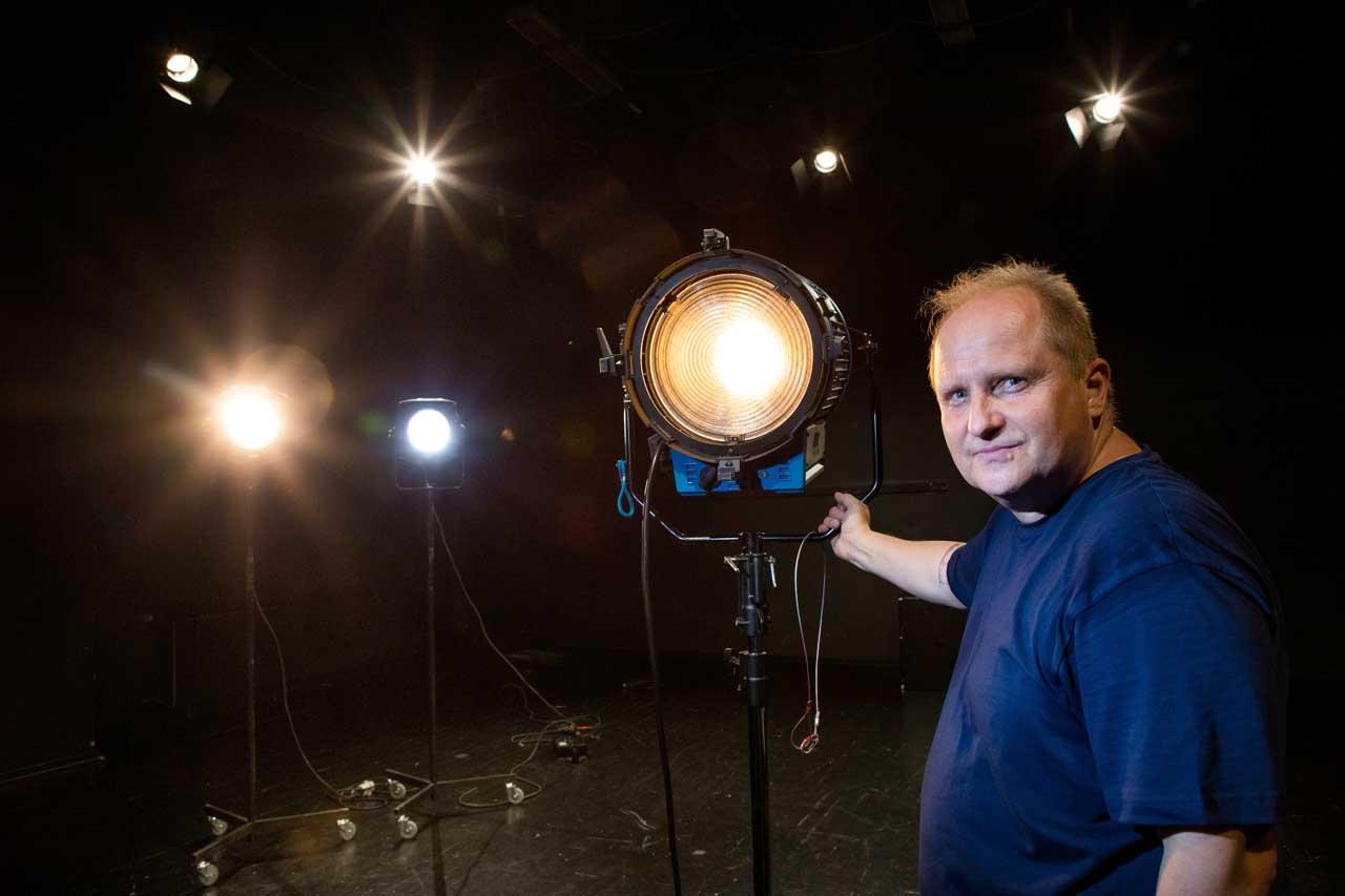 Ljusdesignern Janne Björklöf i skenet av flera strålkastare.
