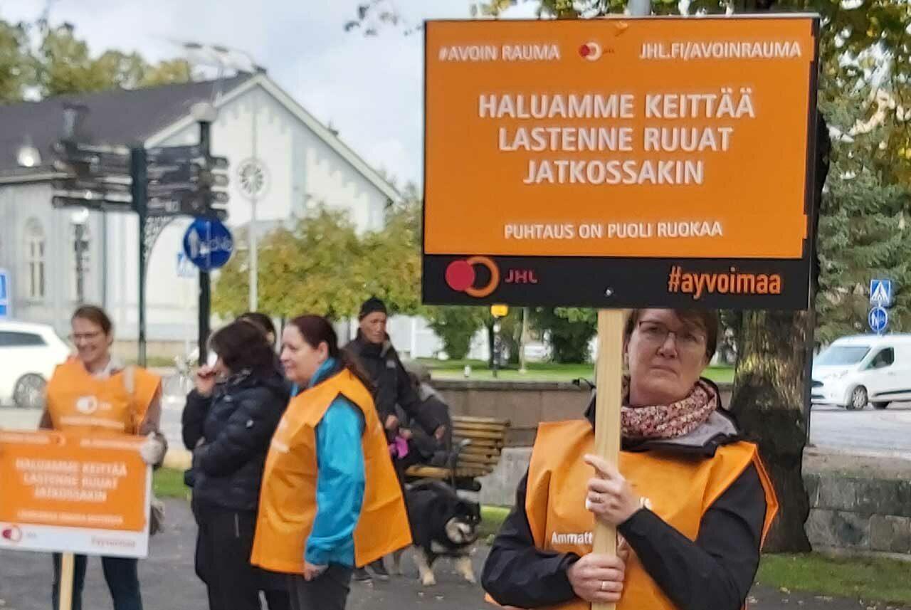 Raumallla julma palkka-ale uhkaa satoja pienipalkkaisia. JHL järjesti 30. syyskuuta mielenilmauksen omien ruoka- ja puhtauspalveluiden puolesta.