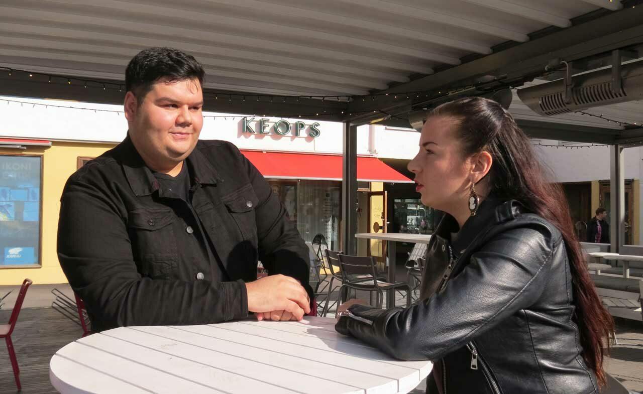 Romaniaktivistit Leif Hagert ja Linda-Maria Roine perustivat somekampanjan, jonka tunniste on #romaniharjoitteluun. Kuvassa Hagert ja Roine Lasipalatsin edustalla Helsingissä.