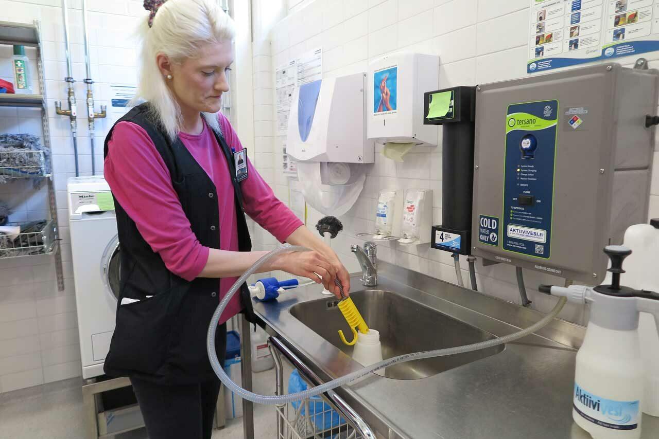 Onko kemikaalittomista siivousaineista hyötyä? Palveluohjaaja Marina Ruuhonen käyttää Aktiivivettä Kirkkonummella.