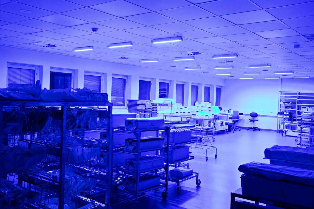 Onko kemikaalittomista siivousaineista hyötyä? Mikkelin keskussairaalassa palavat öisin siniset led-valot.