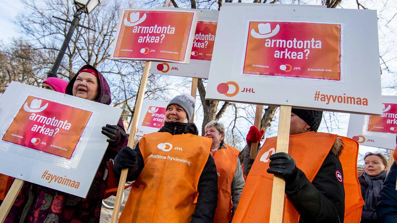 JHL-medlemmar på Arkea strejkar i protest mot avtalsshopping.