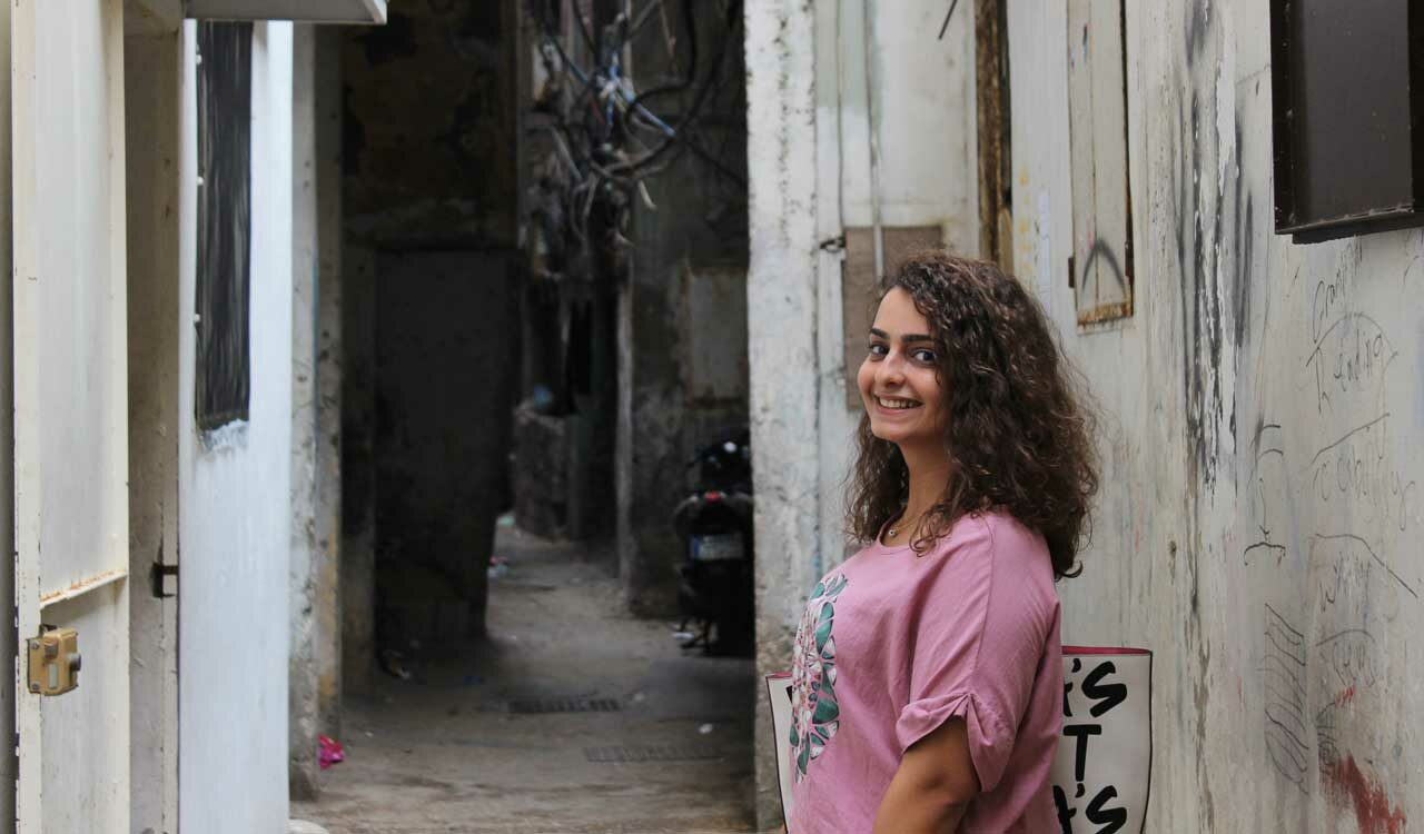 Tämän kuvan alt-attribuutti on tyhjä; Tiedoston nimi on mariam-abu_palestiina_libanon_sairaanhoitaja_pakolaisleiri_katu_hanna-hirvonen-1280x750.jpg