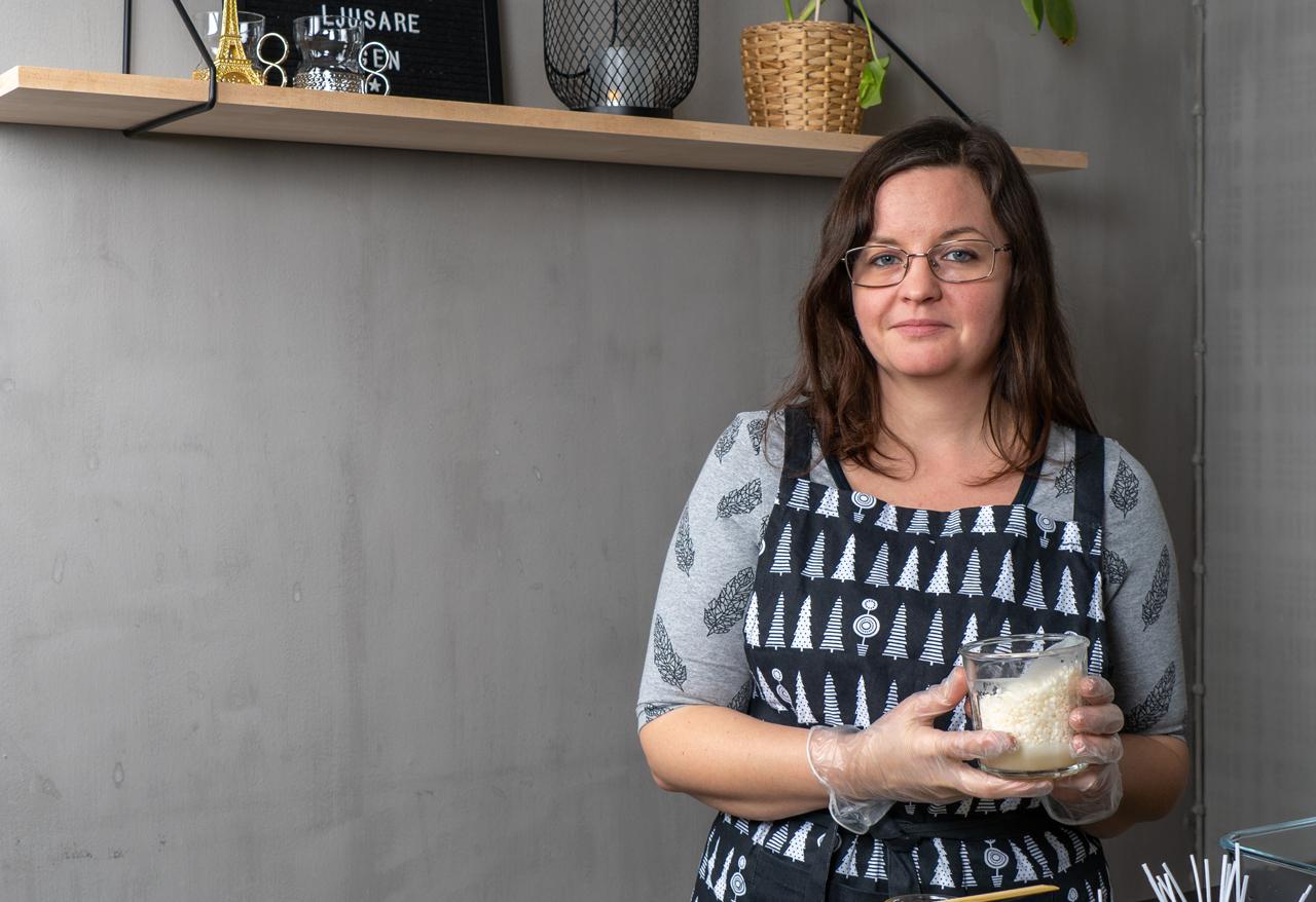 Charlotta Palander kädessään mukillinen soijavahakuulia.