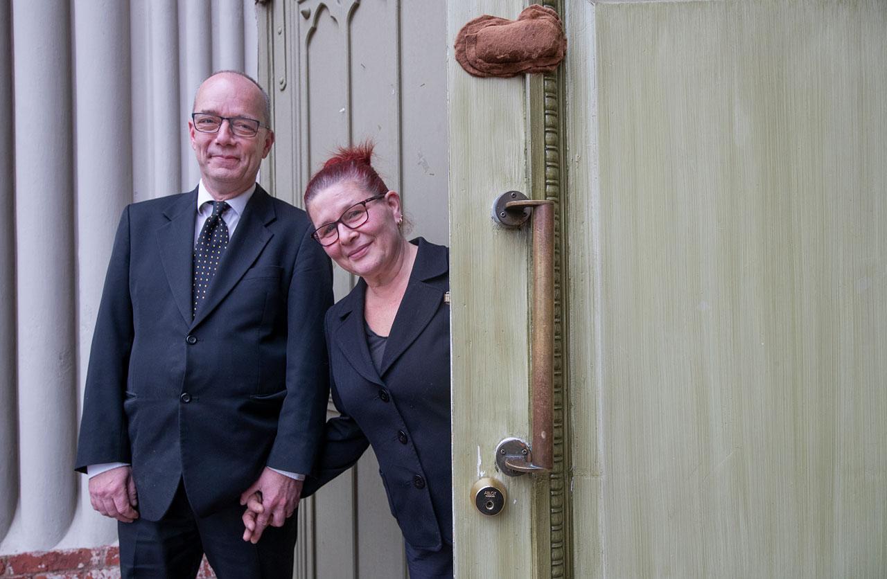 Christer ja Maria Viksten Loviisan kirkon ovella.