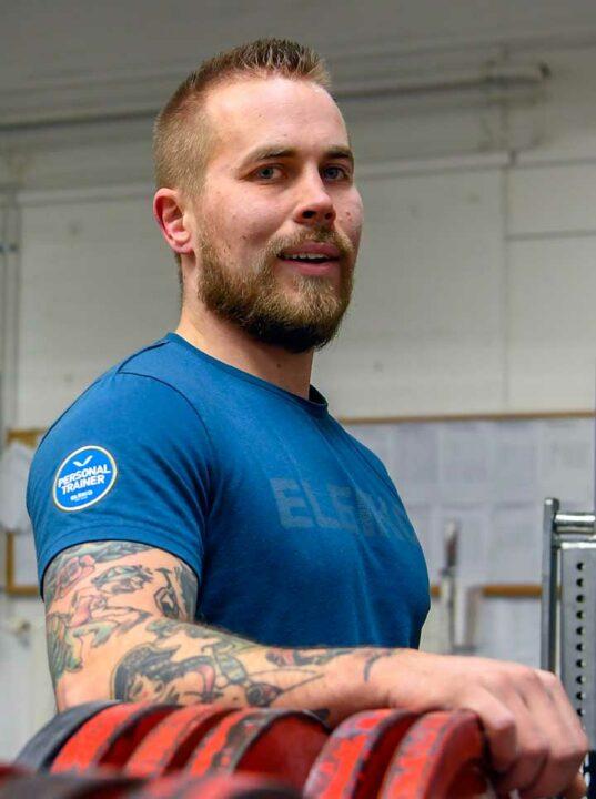 Niclas Strand on laskenut tatuoidun kätensä levypainojen päälle.