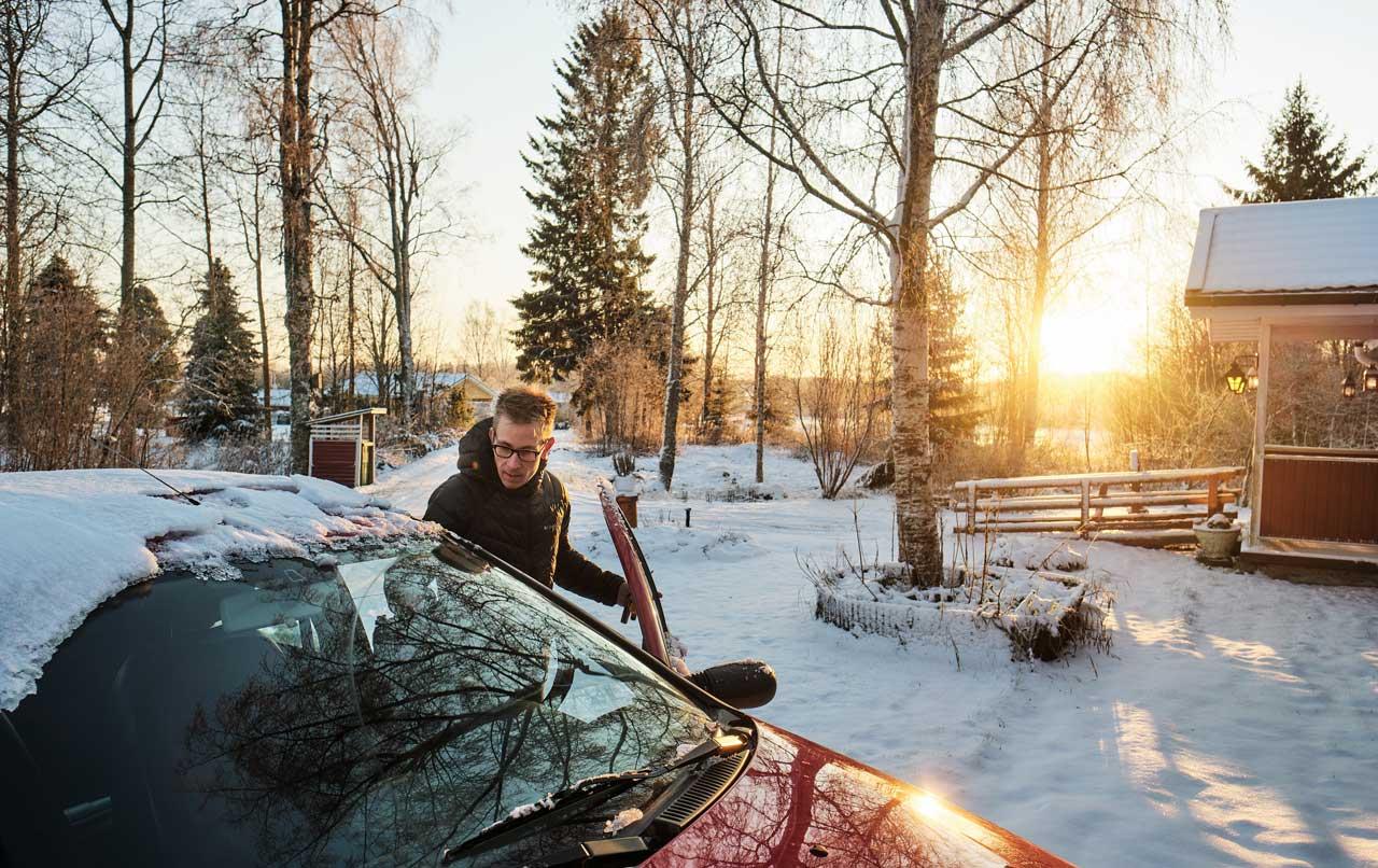 Nico Nordblad stiger in i sin bil på Anne-Marie Påfs gård. Solen skiner lågt över horisonten och marken är snötäckt.