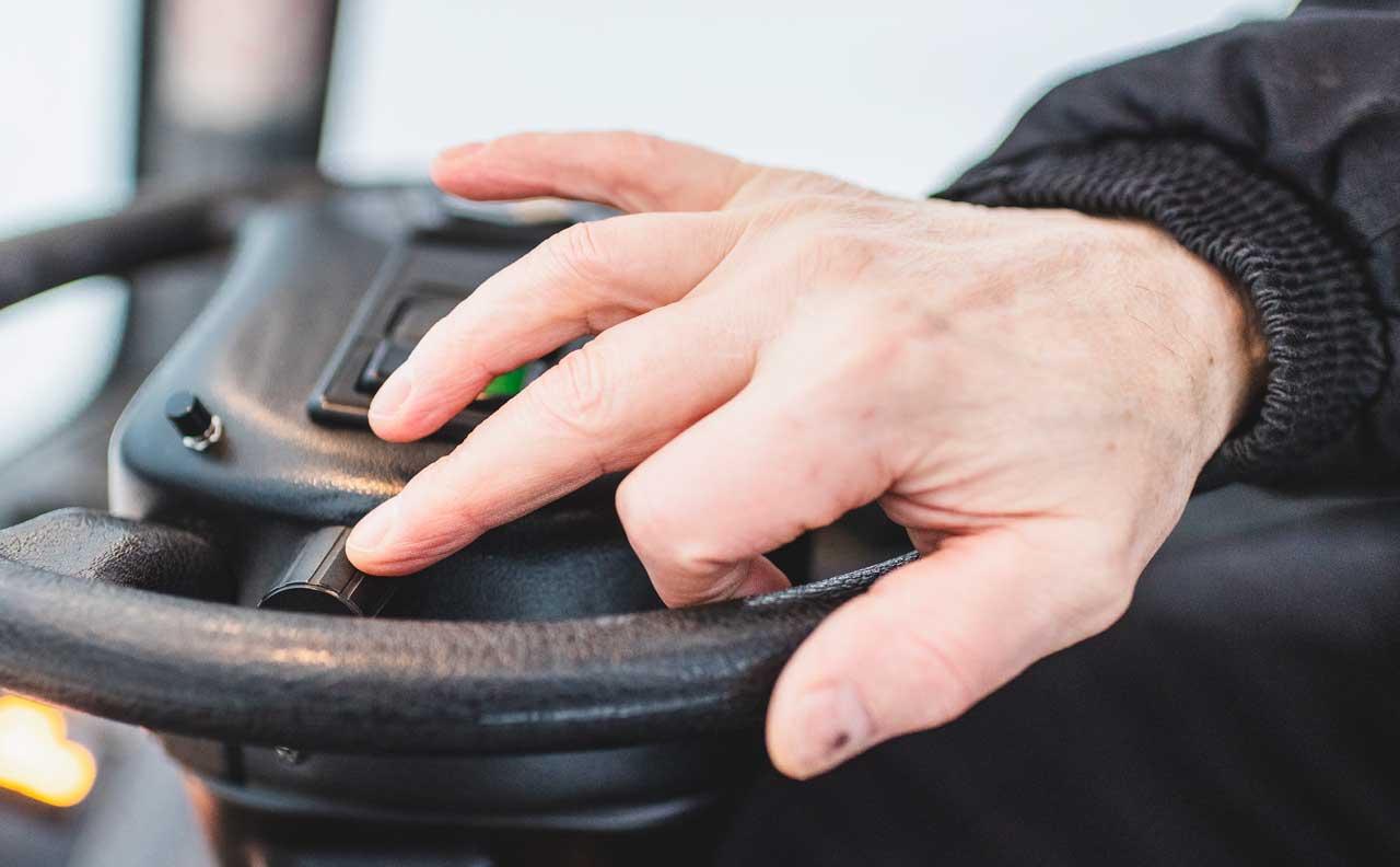 käsi latukoneen ratilla