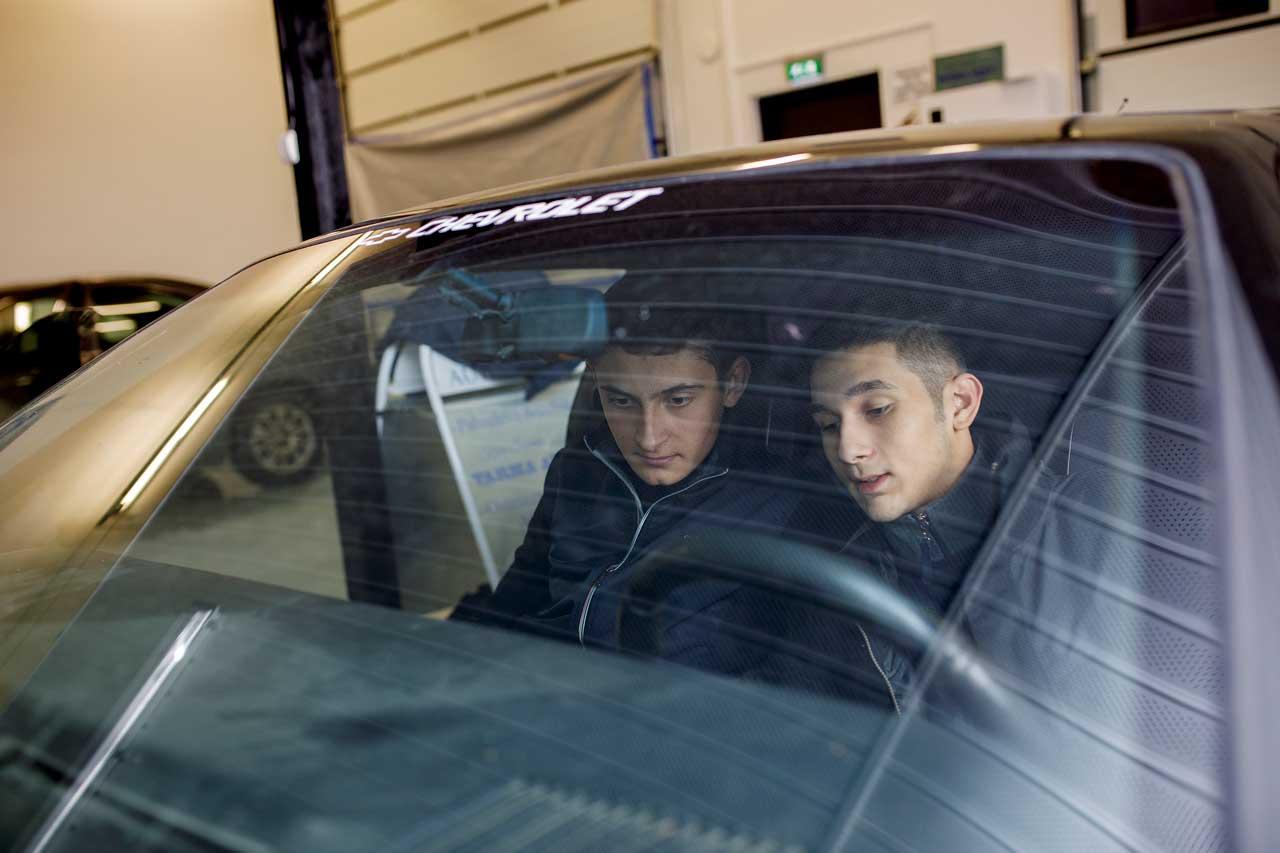 Romaninuoret Jimi Bollström ja Alwar Hedman ovat töissä automyymälässä