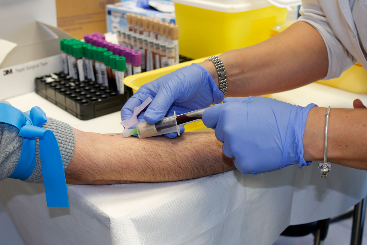 hoitaja ottaa verikoetta