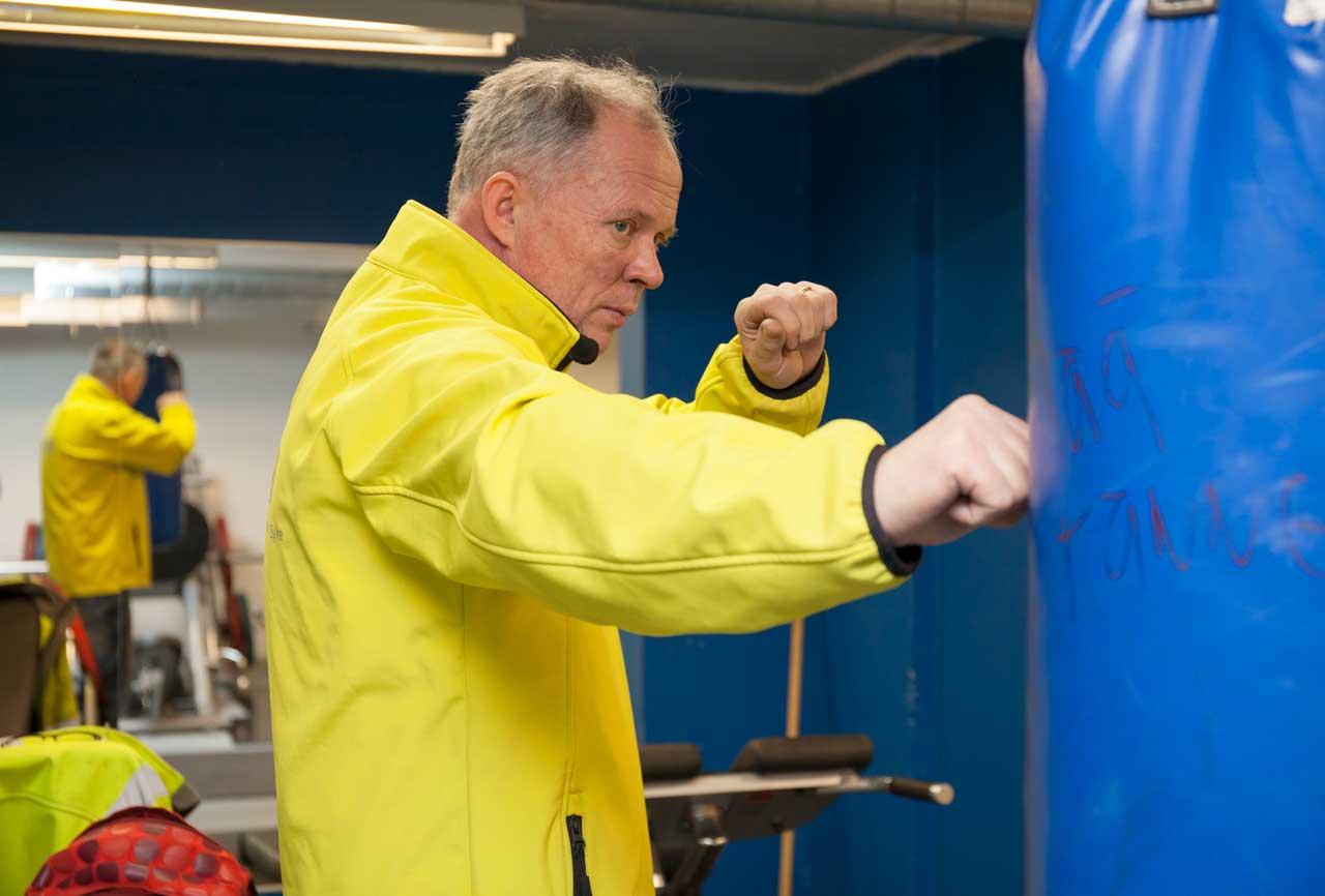 mies kuntoilee nyrkkeilemällä
