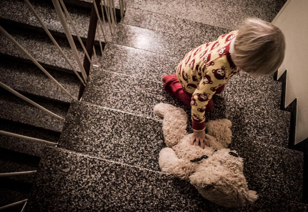 yksinäinen lapsi porraskäytävässä