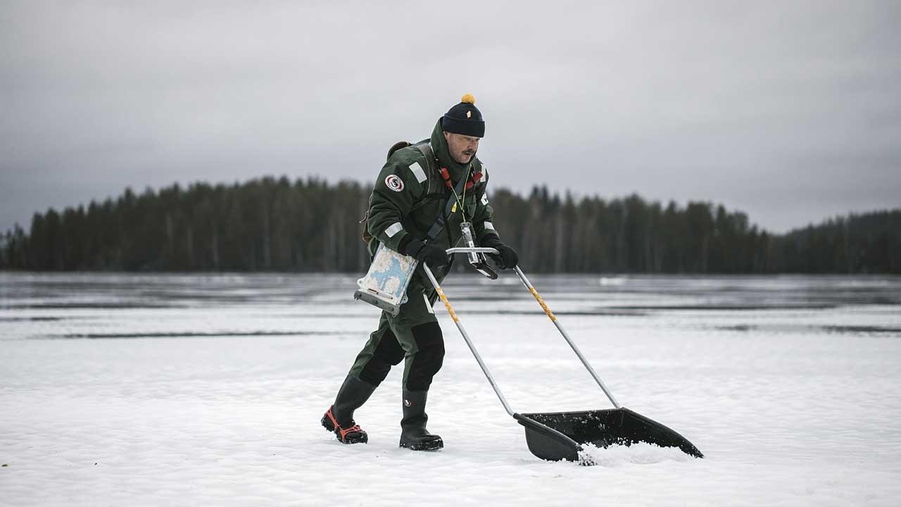 mies kolaa lyunta Saimaan jäällä