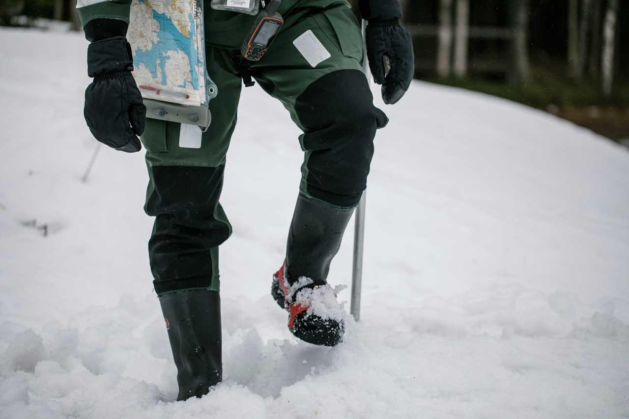 mies polkee lumikasaa