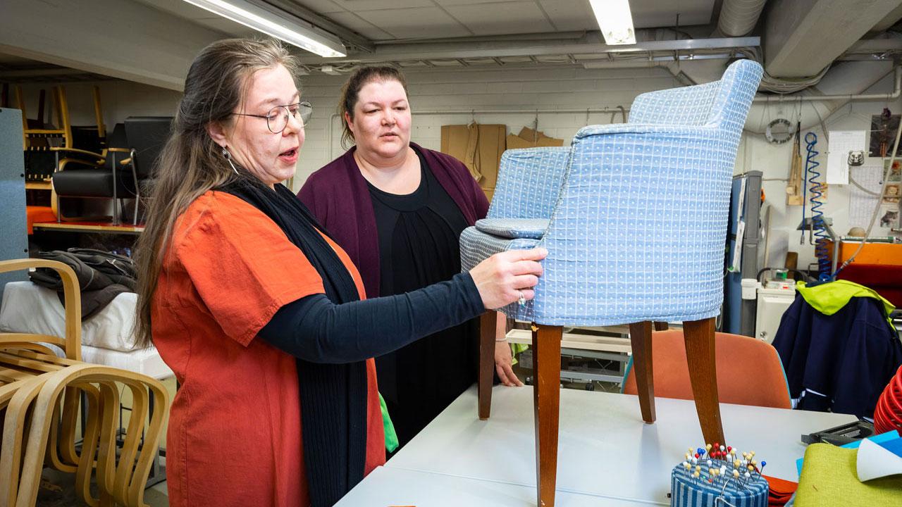 Anne Hyvärinen ja Susanna Poutiainen tutkivat varhoiltavaa tuolia