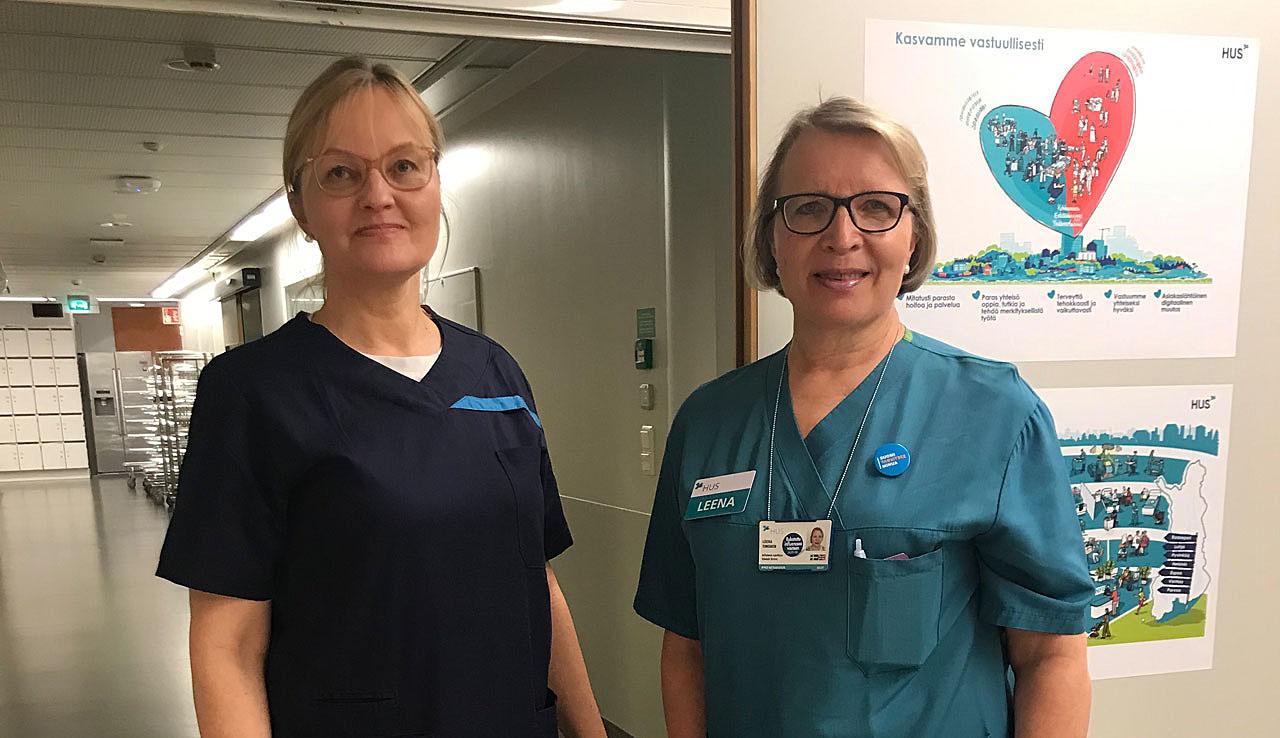 JHL:läinen lähihoitaja Sofia Salokorpi ja erikoissairaanhoitaja Leena Timonen tavallisissa työvaatteissa Meilahden kolmiosairaalan koronaosastolla.