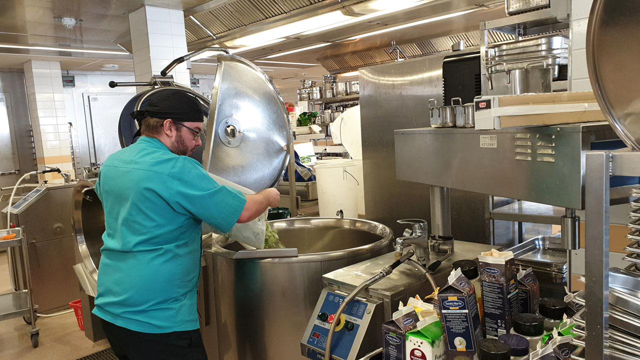 JHL:läinen kokki Benjamin Ekebom valmistaa ruokaa Länsi-Uudenmaan sairaalassa Raaseporissa.