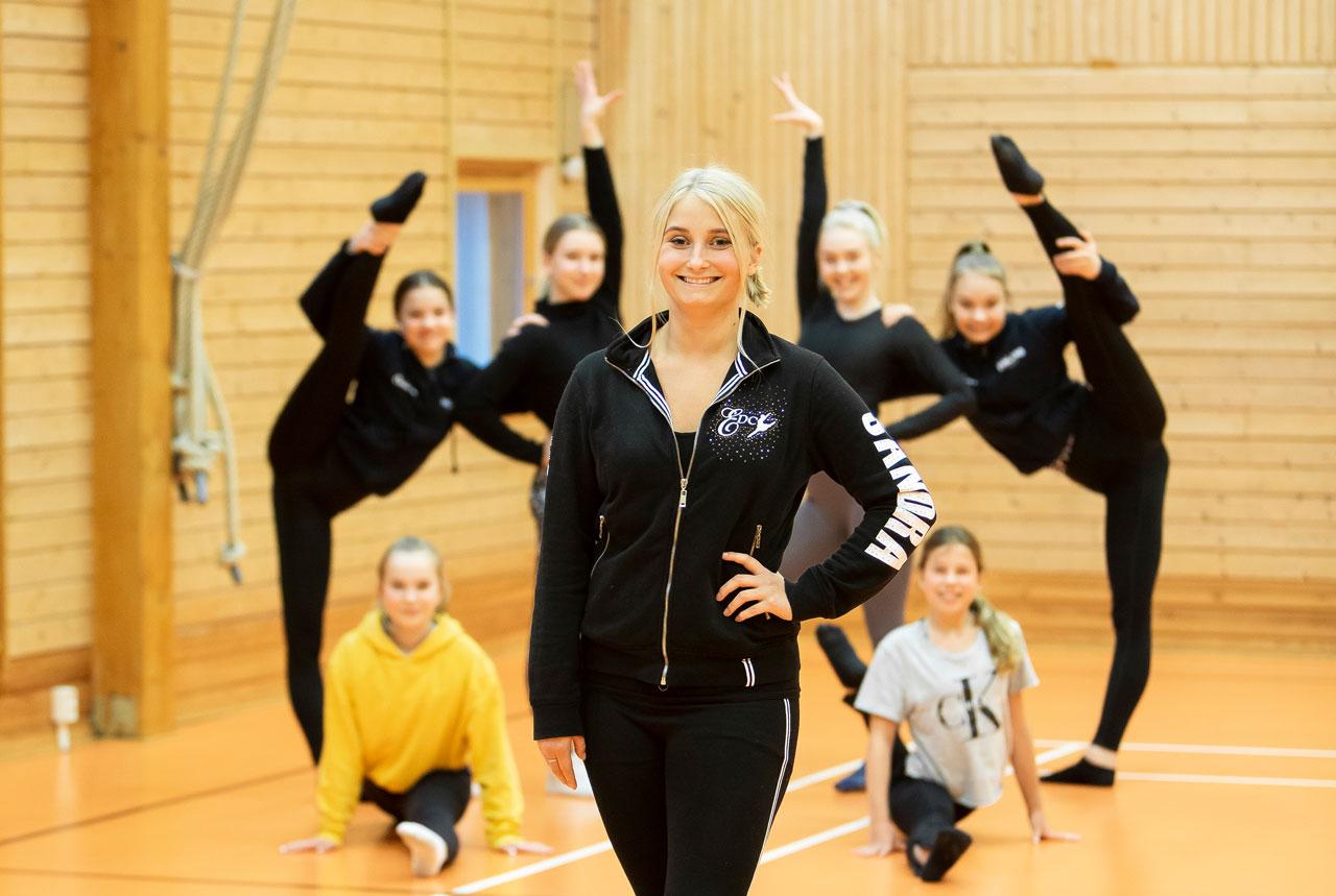 Elevassistenten och JHL-medlemmen Sandra Sirviö tränar barn och unga i showdans i föreningen Energy Dance Center i Ingå.