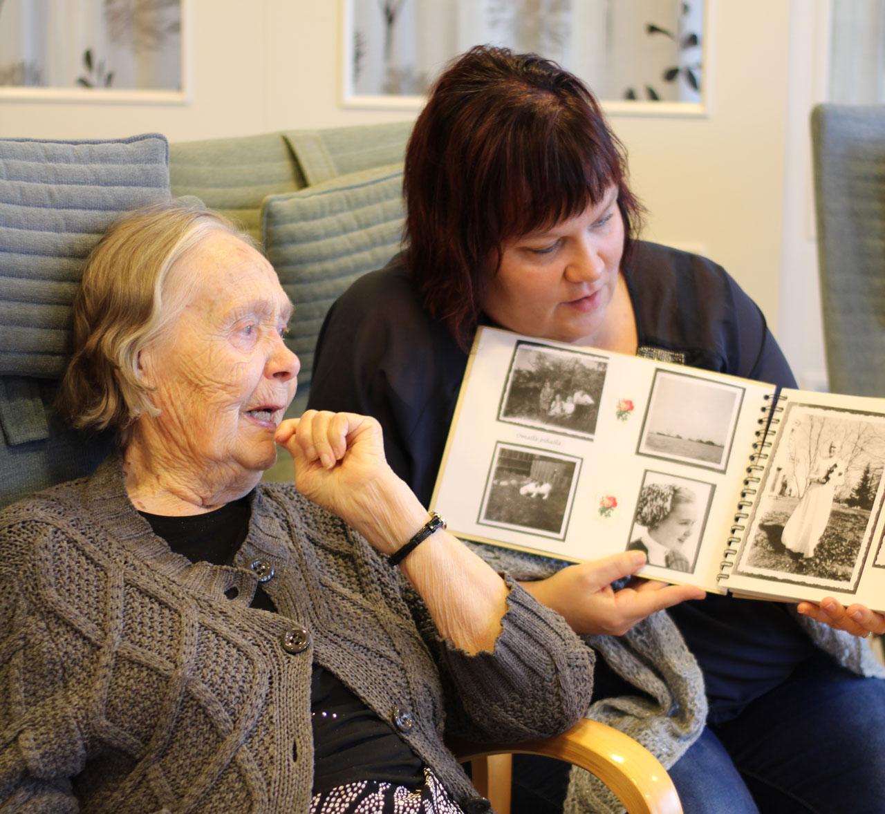 Aune Laari ja Camilla Tiainen ja valokuva-albumi