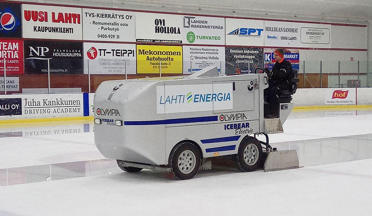Pauli Karvinen ajaa jäädytyskonetta Hollolan jäähallin jäällä.