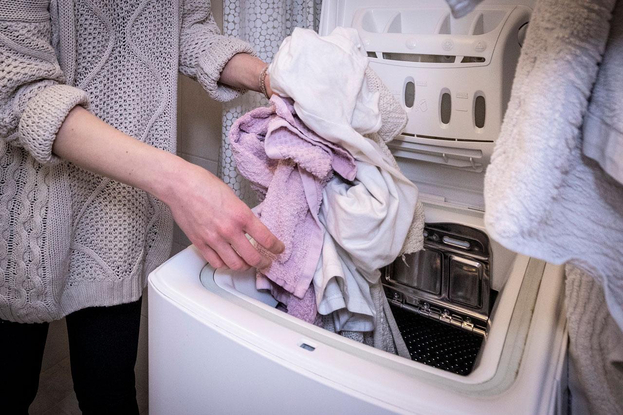 Nea Lheden kädet ja pyykkiä.