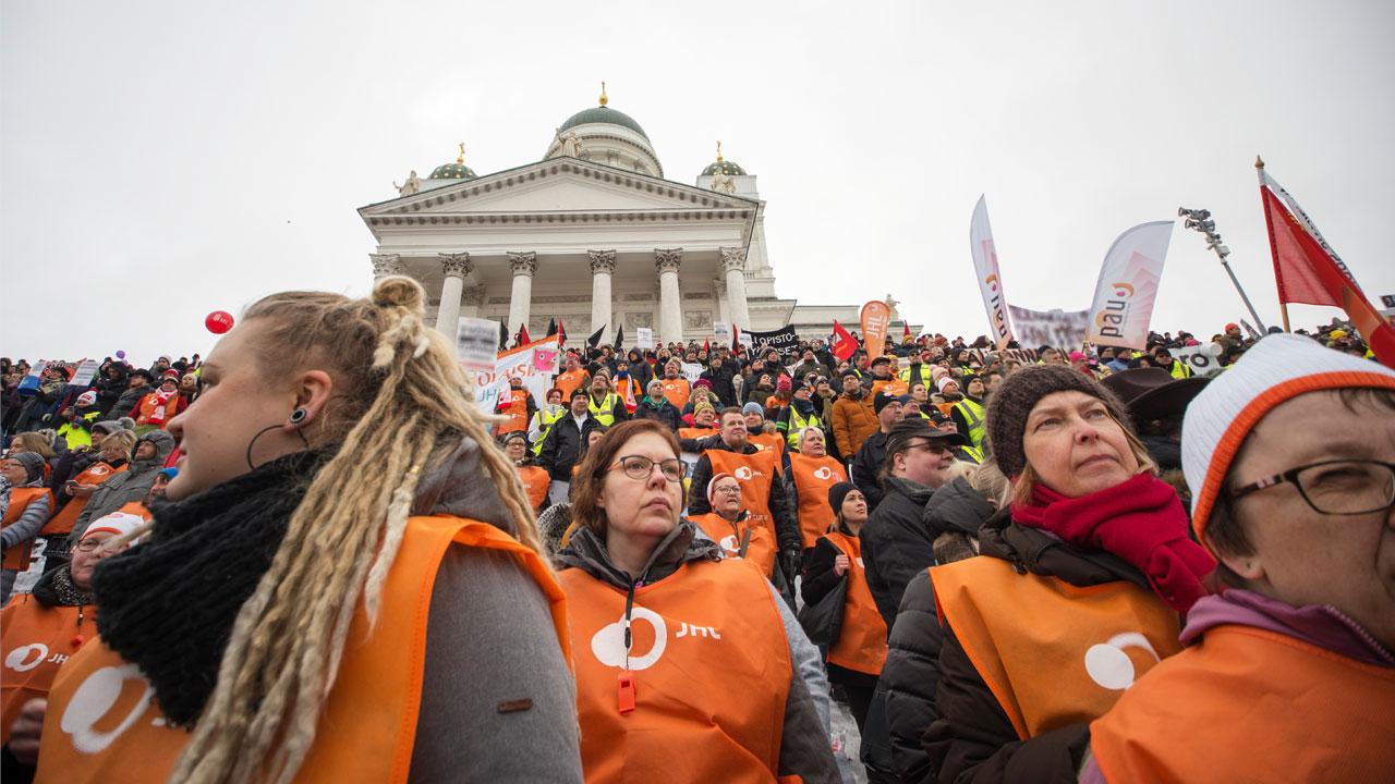 mielenosoittajia Senaatintorilla
