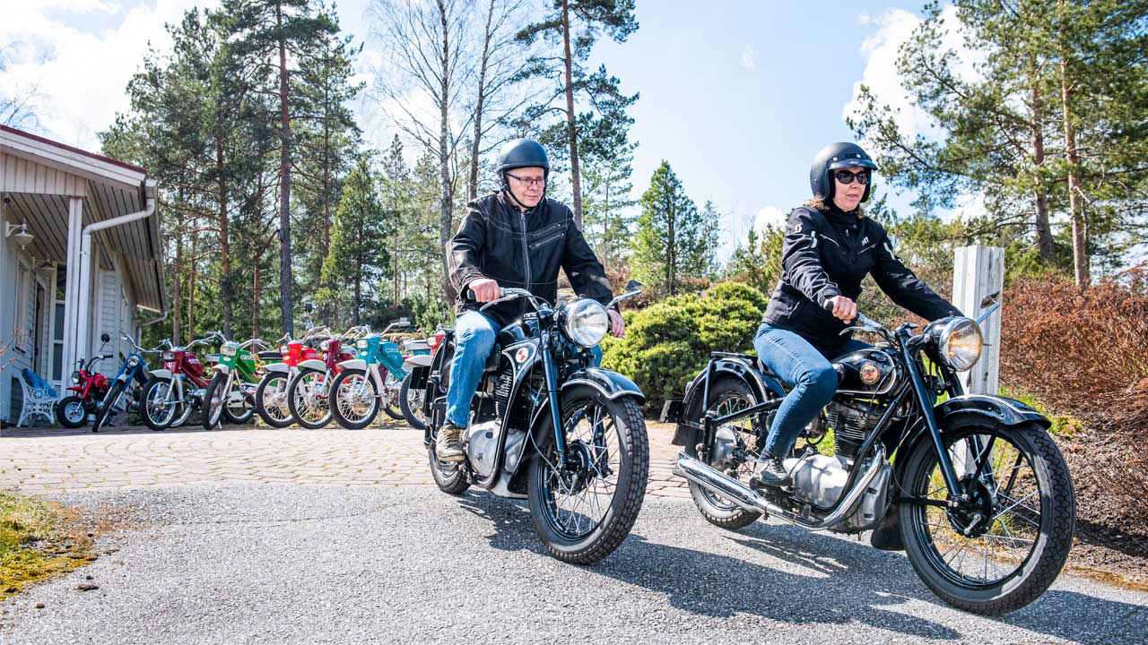 Tomi ja Marja Salminen ajavat pappamopoilla.