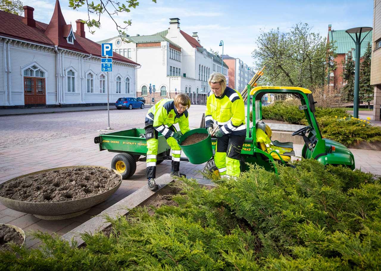Puutarhurit JOhanna Palviainen ja Sanna Inkinen