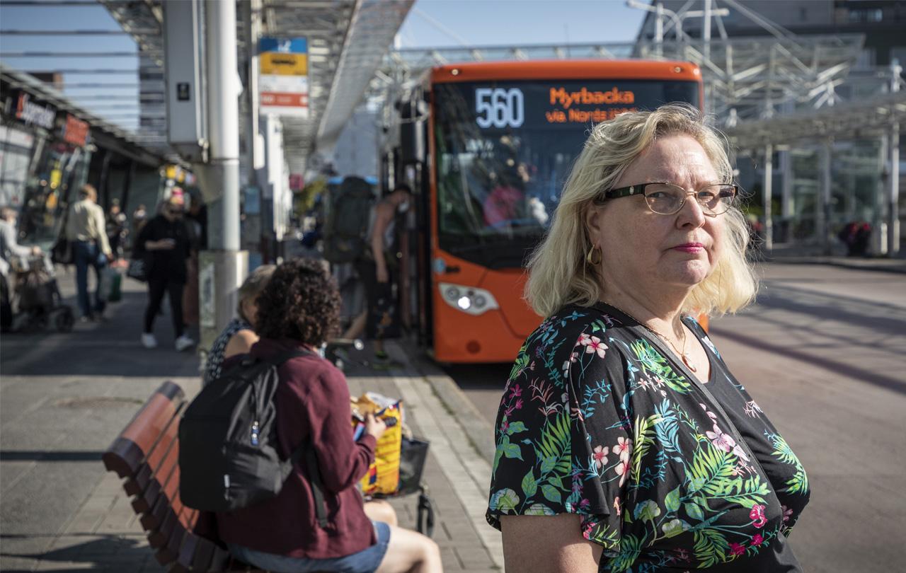 Kirsi Byman odottaa bussia