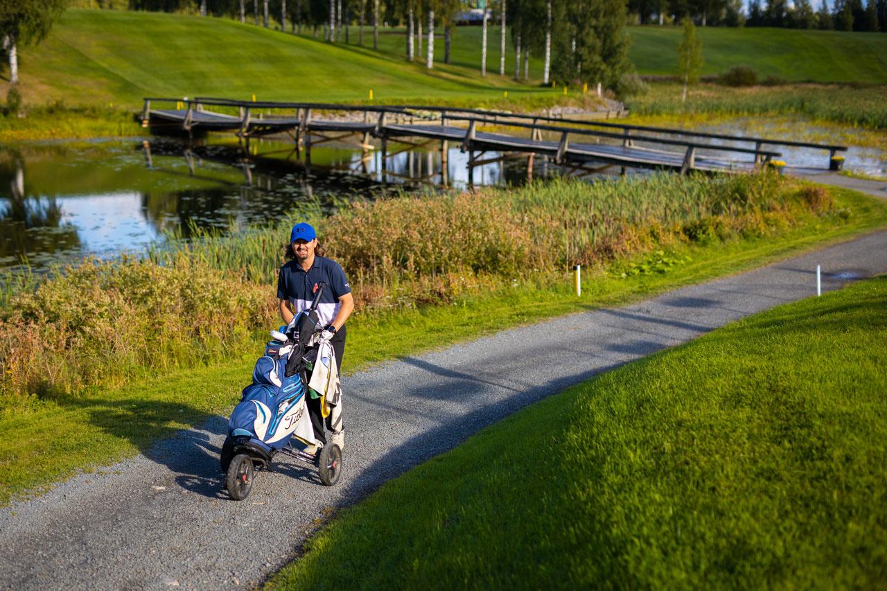 Jaakko Turtiainen ja golfbagi